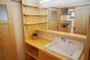 オープンなキッチンを楽しむ自然素材の家