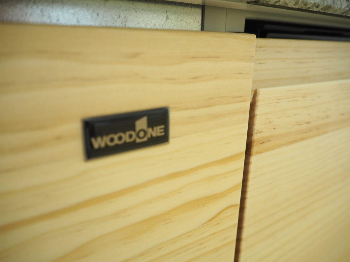 木のよさを生かしたウッドワンのキッチンは、自然素材の家によく映える