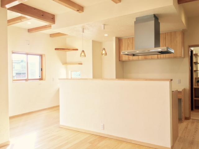 オープンなキッチンを楽しむ自然素材の家が完成しました