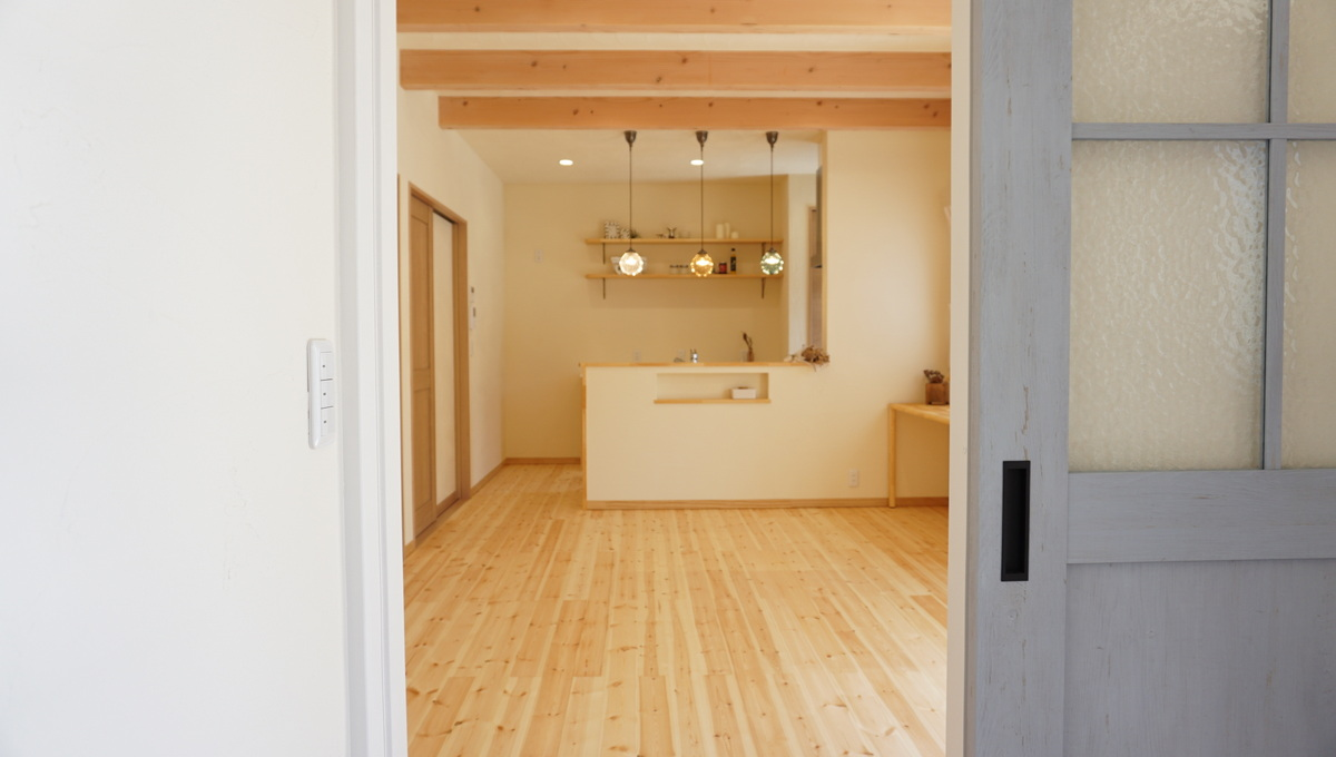 平屋のように暮らせる2階建ての自然素材の家